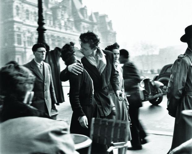 Robert Doisneau- Le baiser de l'hotel de ville- Paris- 1950