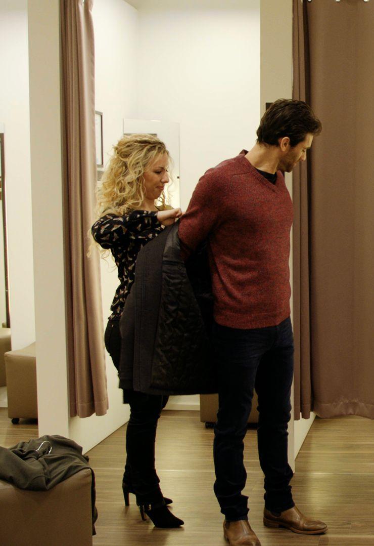 Brunilda aide Vincent avec sa tenue.