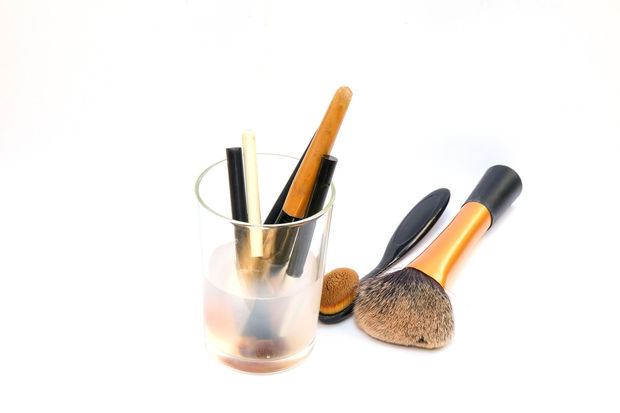 Pensez à nettoyer vos pinceaux et éponges de maquillage. Nos conseils.