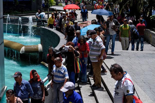 Au Vénézuela, des milliers de retraités doivent faire la queue pour recevoir 1,5 dollar de pension