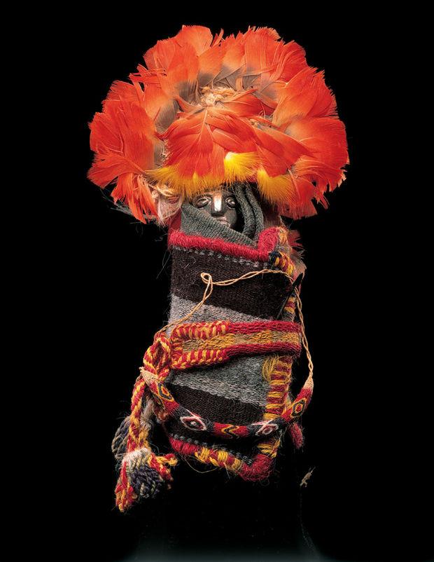 Figurine féminine habillée - Cette petite statuette féminine en argent est entourée de deux couches de tissu maintenues par une petite ceinture et un tupu (épingle en métal). Elle est liée au rite de la capacocha., © Coll. Janssen-Arts, Communauté flamande (MAS), Photo : Hugo Maertens