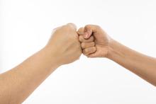Oubliez la poignée de mains pour vous saluer : trop contagieuse !