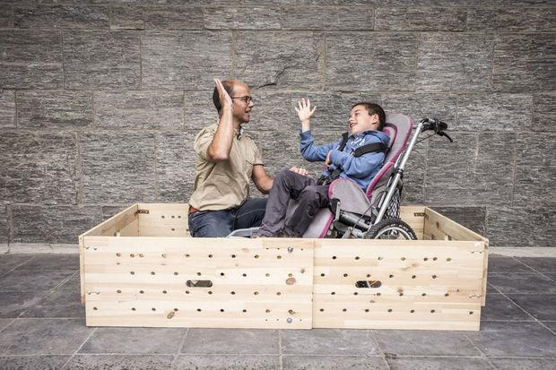 Olivier Dumoulin, papa d'un enfant handicapé de 10 ans originaire de Namur, a gagné le prix de la catégorie ergonomie pour avoir inventé une barrière de lit transportable et adaptable pour son fils. , Handicap International / O. Papegnies / COLLECTIF HUMA