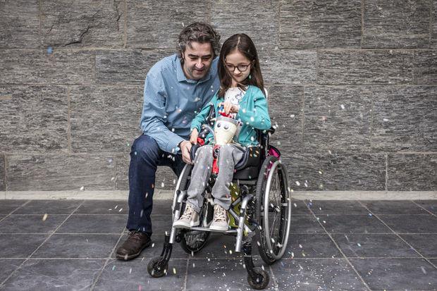 David Delabassée de Tournai a remporté le prix de la catégorie design pour avoir construit une machine à confettis pour que sa fille Lylou, 9 ans, atteinte d'une maladie neuromusculaire, puisse participer au carnaval comme toutes les autres petites filles de son âge. , Handicap International / O. Papegnies / COLLECTIF HUMA