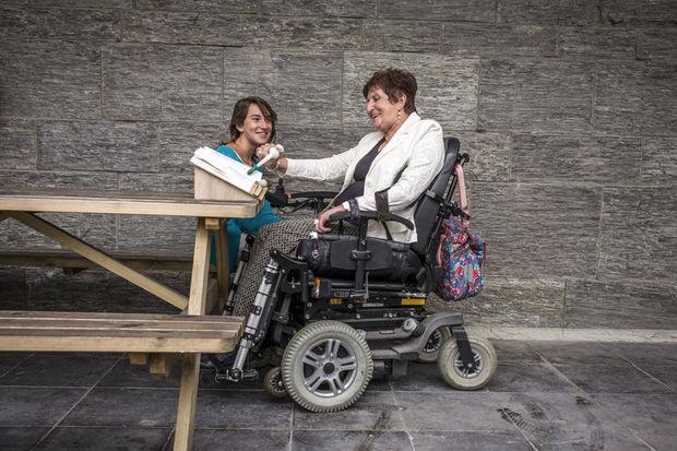 Le public a pu voter pour une invention et a choisi le porte-livre que Nette Dedapper, 12 ans, de Nijlen, a créé pour sa grand-mère paralysée depuis un accident de vélo. , Handicap International / O. Papegnies / COLLECTIF HUMA